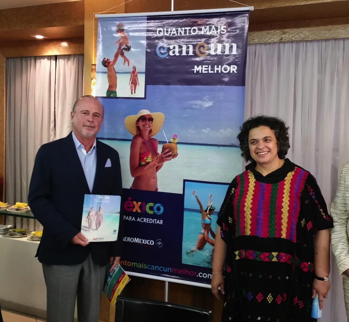 Jesús Almaguer Salazar con la Embajadora de México en Brasil, Beatriz Paredes en la presentación del folleto de Cancún en portugués[1]